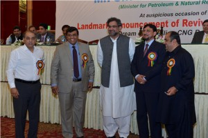 mr-ghiyas-paracha-capt-shuja-mr-pervaiz-khattak-mian-shahid-with-min-petroleum-at-revival-of-cng-through-rlng-seminar-in-pc-lahore